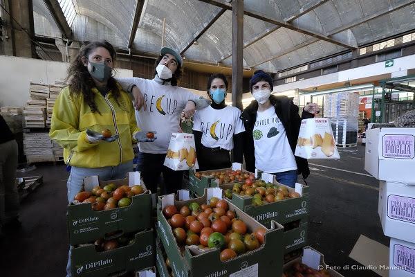 I volontari di Recup in uno dei punti di raccolta di frutta e verdura in un mercato di Milano © Claudio Manenti