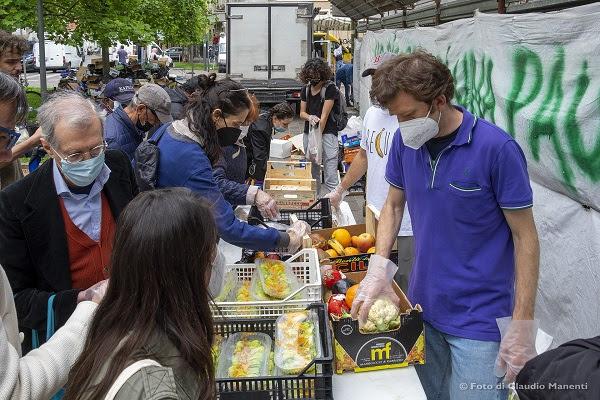 Un momento della distribuzione contro lo spreco di cibo © Claudio Manenti